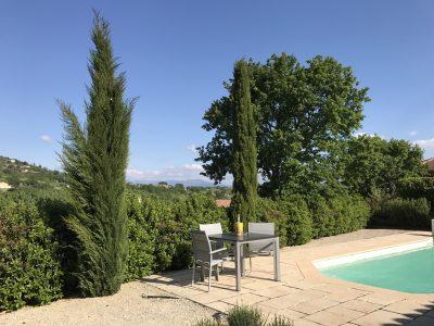Zitje bij zwembad met ver uitzicht